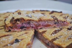 Пирог с абрикосами и черной смородиной (песочный)