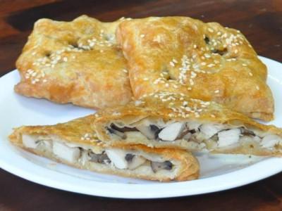 Пирожок с курицей и грибами (слоёный бездрожжевой) (Заказ от 10 шт.)