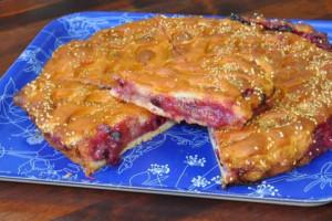 Пирог с персиками и чёрной смородиной (дрожжевой)
