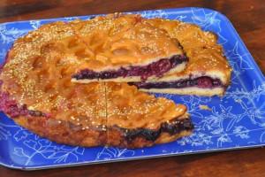 Пирог с вишней и ежевикой (дрожжевой)