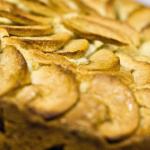 Открытый сладкий пирог со свежими яблоками