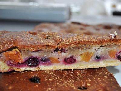 Пирог с персиками и черной смородиной (песочный)