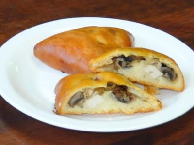 Пирожок с курицей и грибами (дрожжевой) (Заказ от 10 шт.)