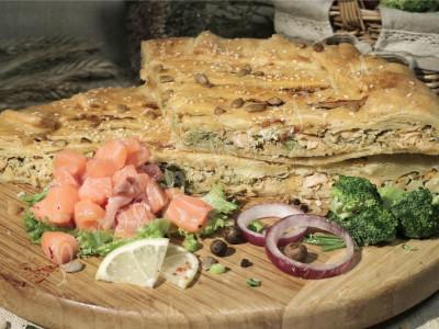 Пирог с лососем (слоёный бездрожжевой)