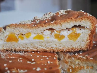 Пирог с творогом и персиками (дрожжевой)
